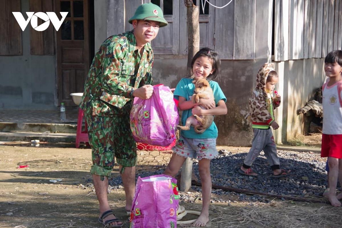 Những chiến sĩ biên phòng băng rừng vào nơi cô lập để giúp đỡ bà con nhân dân