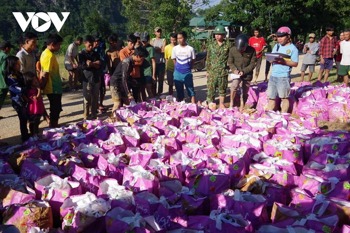 Phân phát nhu yếu phẩm, lương thực cho người dân xã Hướng Việt