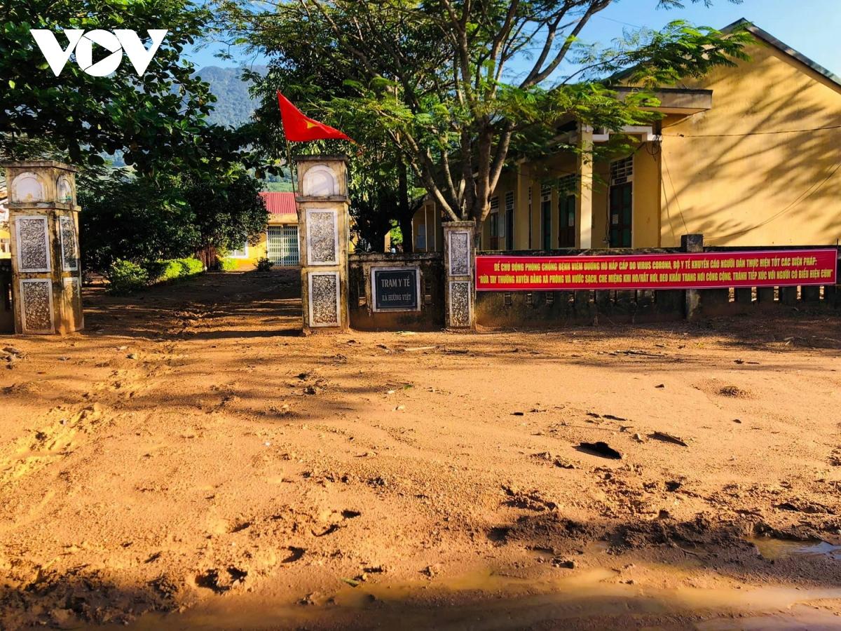 Trạm Y tế xã Hướng Việt ngập trong bùn đất