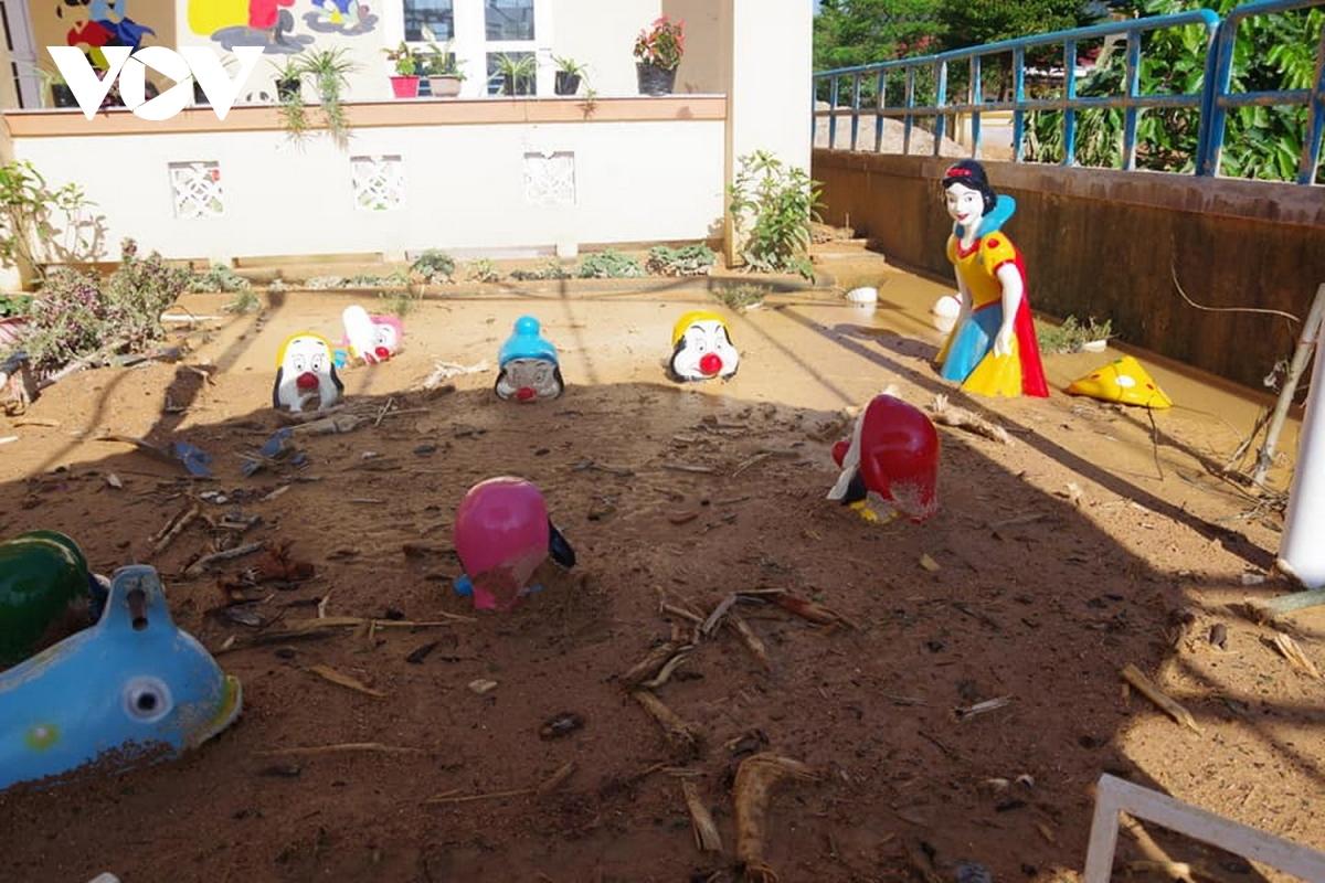 Trường mầm non xã Hướng Việt bị ngập sâu trong bùn đất