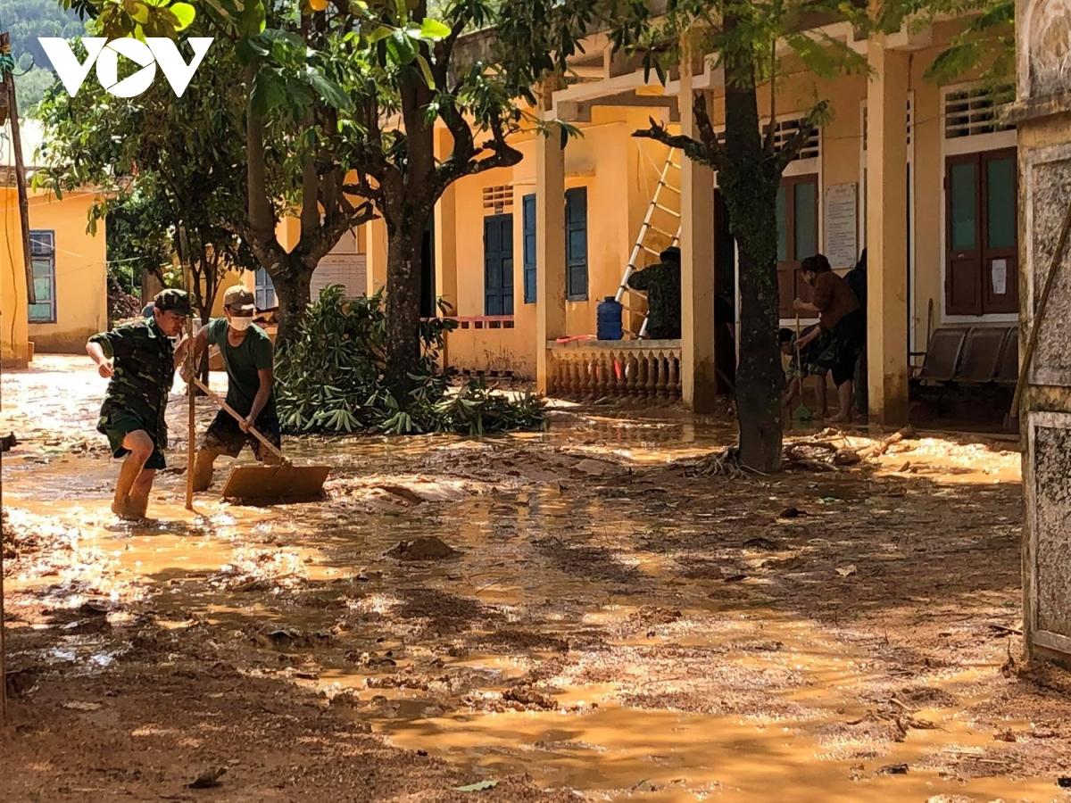 Trong 2 ngày qua, 2 chuyến trực thăng đã thả hàng hóa cứu trợ cho người dân xã Hướng Việt.