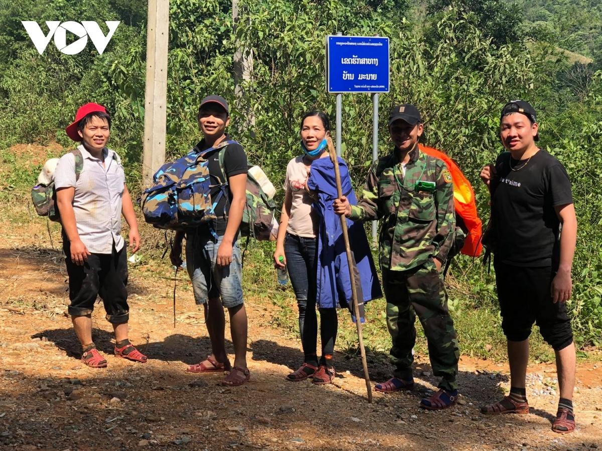 Tổ công tác này gùi theo lương thực, thuốc và các vật tư thiết yếu vào xã Hướng Việt khám chữa bệnh cho người dân, điều trị người bị thương và chống dịch bệnh sau mưa lũ.