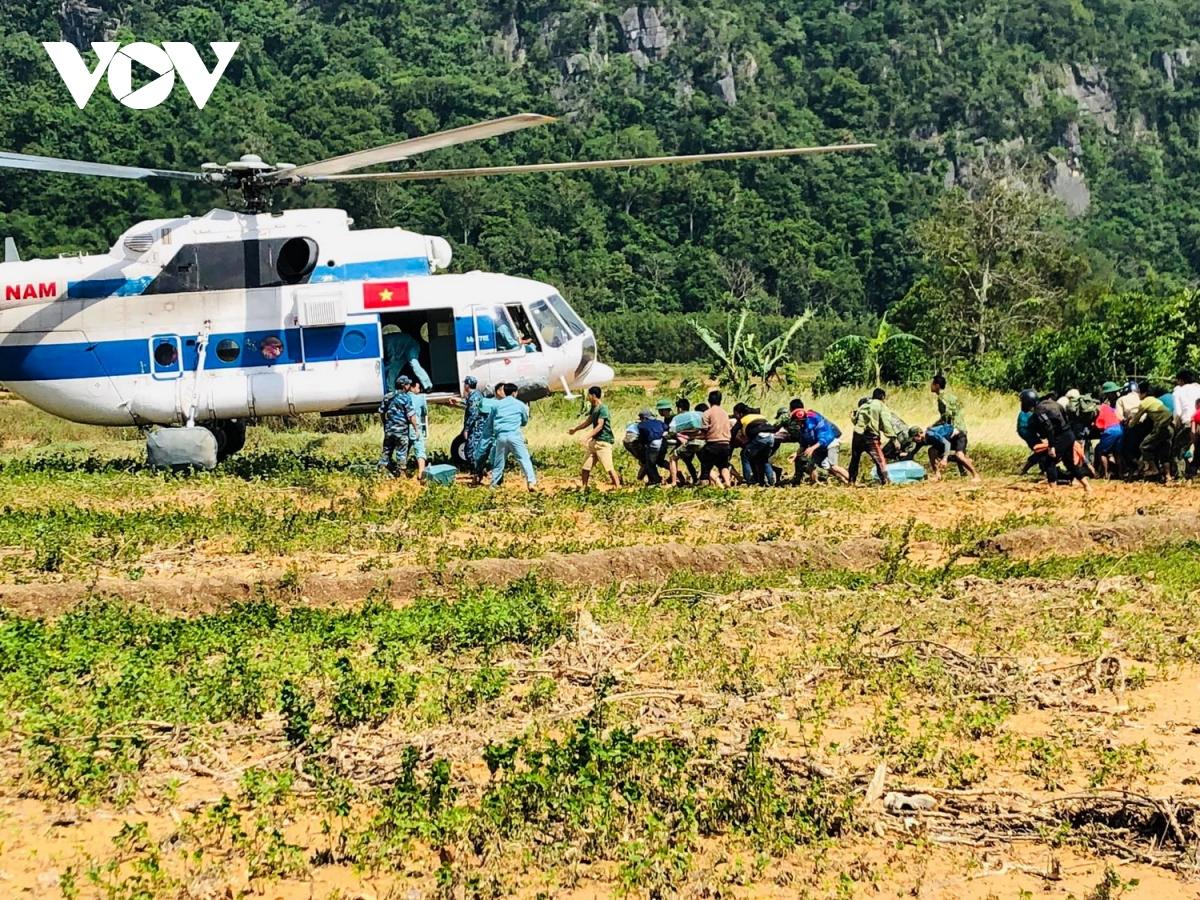 Các phương tiện liên lạc, giao thông bị cắt đứt hoàn toàn, người dân 2 xã này đang thiếu thốn lương thực thực phẩm. Trong ảnh: Trực thăng đưa 2 người bị thương khi đi cứu dân ra khỏi vùng xã bị cô lập. 2 người này là Chủ tịch UBND xã Hướng Việt và Phó Bí thư Đảng ủy xã Hướng Việt bị thương khi đi cứu dân.