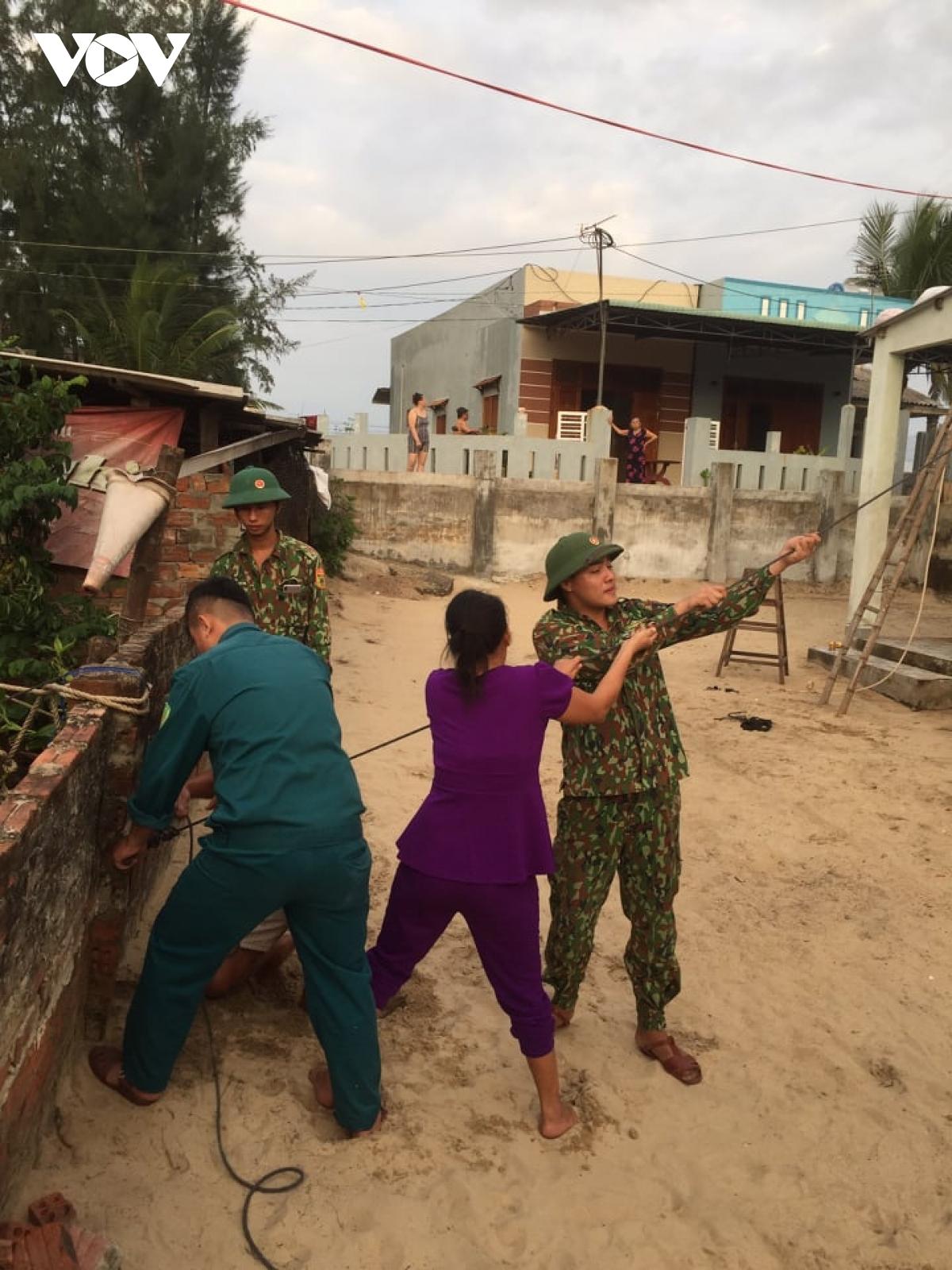 Lực lượng Biên phòng giúp dân chằng chống nhà cửa ở vùng ven biển Nam Ô, TP Đà Nẵng.