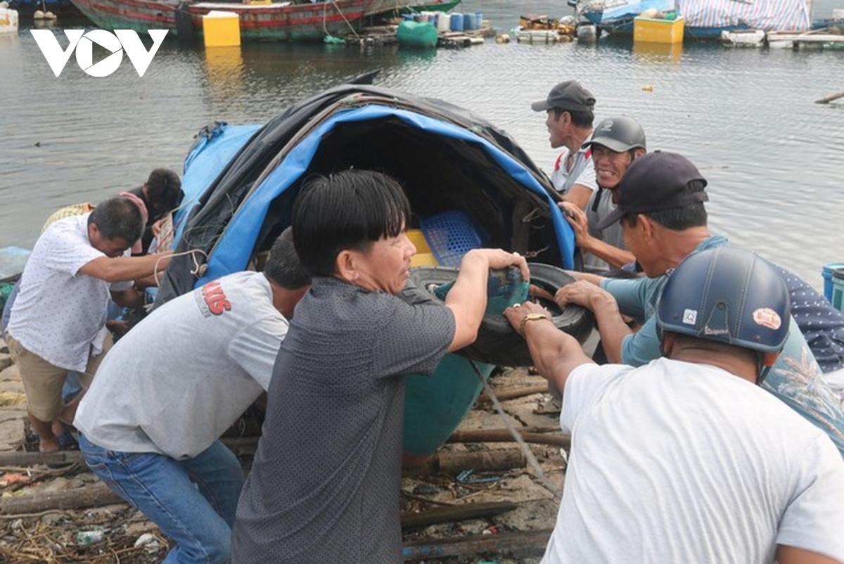 Người dân Đà Nẵng giúp dân đưa tàu lên bờ tránh bão số 9.