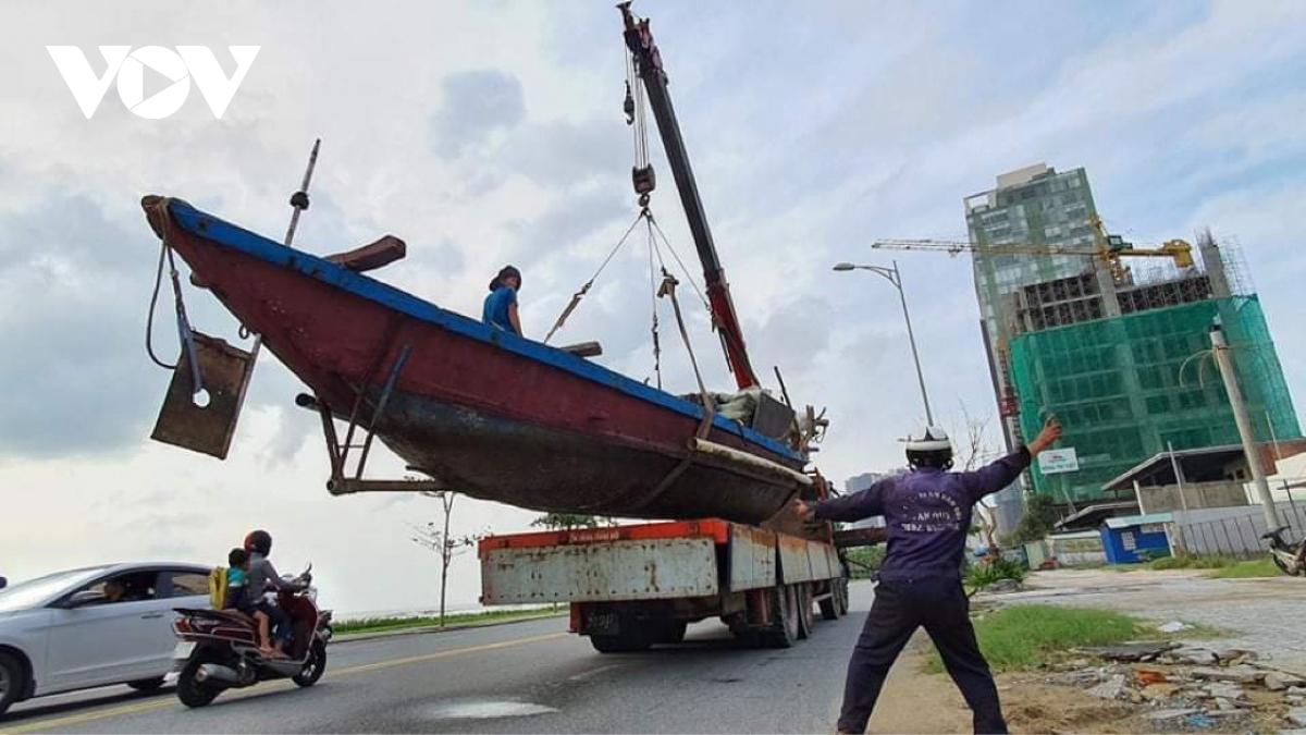Ngư dân huy động cần cẩu để cẩu thuyền lên bờ, đưa đến nơi tránh trú.