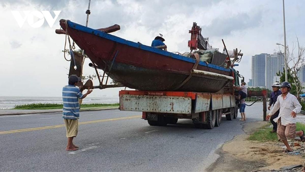 Trước dự báo cơn bão số 9 rất mạnh, sẽ đổ bộ vào đất liền vào sáng mai (28/10), ngư dân Đà Nẵng đang khẩn trương huy động các phương tiện đưa tàu thuyền lên bờ trú tránh bão.