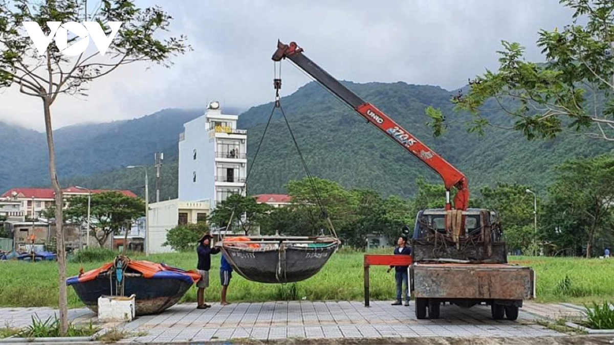 Những thuyền nhỏ không neo đậu tại âu thuyền đều được đưa lên bờ để tránh thiệt hại do bão số 9 gây ra khi đổ bộ vào bờ.