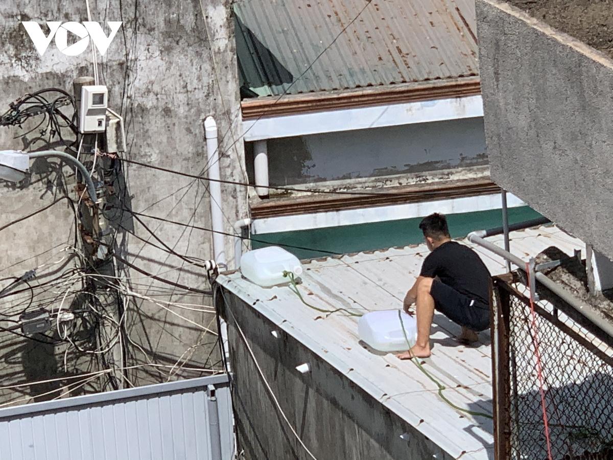 Khác với trước đây, lần này người dân Đà Nẵng có sáng kiến lấy túi nilong hoặc can nhựa đựng nước thay vì bao cát để chằng chống mái nhà...