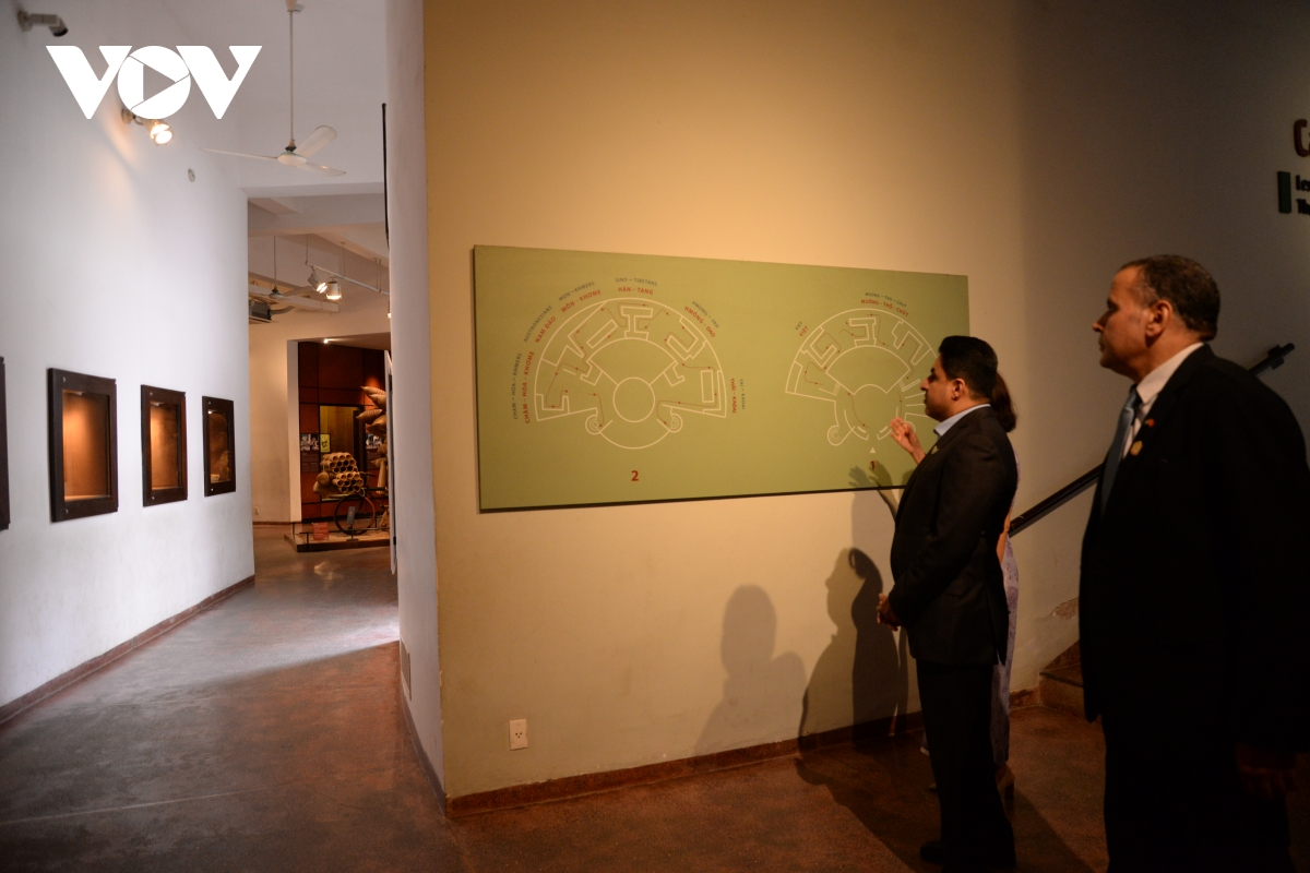 Đại sứ Al Dhaheri cho biết, đây là lần đầu tiên ông đến thăm Bảo tàng Dân tộc học Việt Nam, trước đó ông đã từng thăm thành phố Hồ Chí Minh và nhiều bảo tàng ở thành phố này.