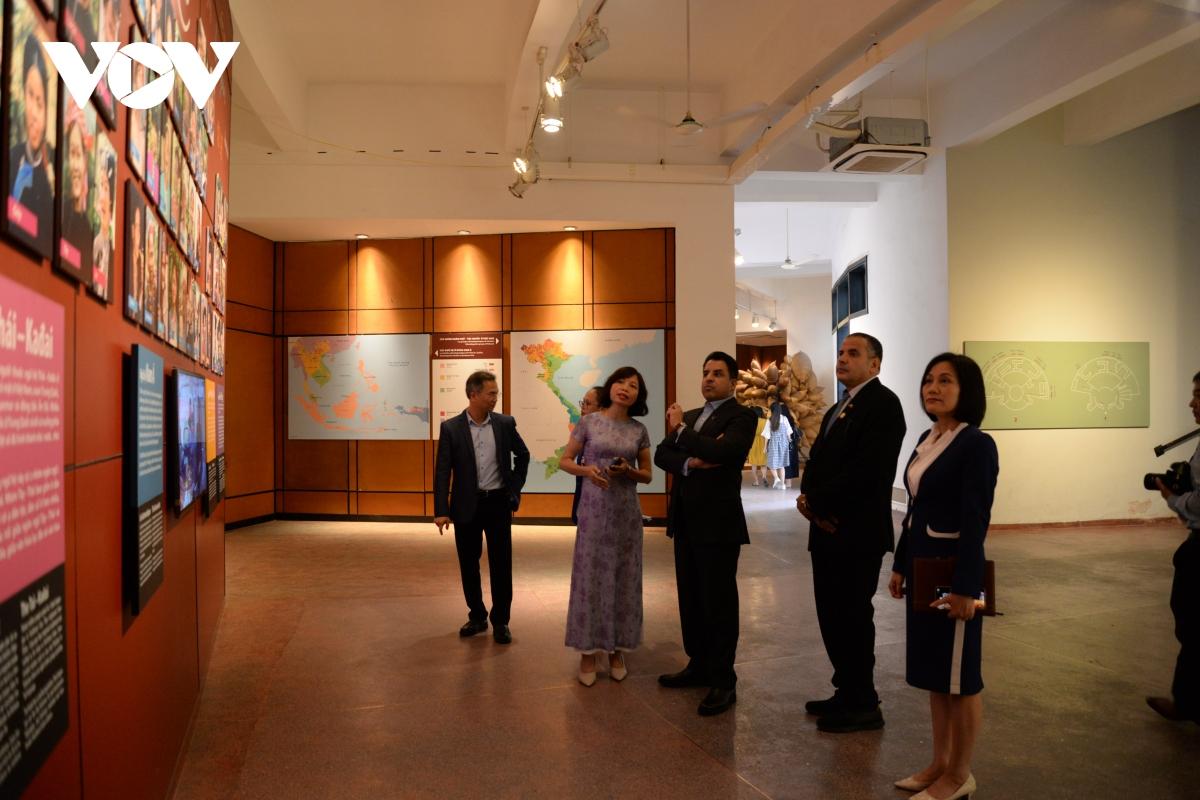 Đại sứ được nghe hướng dẫn viên của bảo tàng giới thiệu về 54 dân tộc trên đất nước Việt Nam.