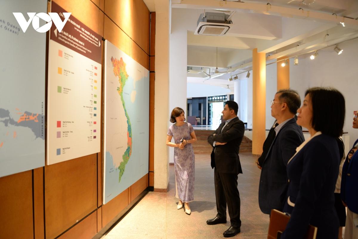 Đại sứ quan sát bản đồ Việt Nam và sự phân bố của các ngữ hệ ở Đông Nam Á
