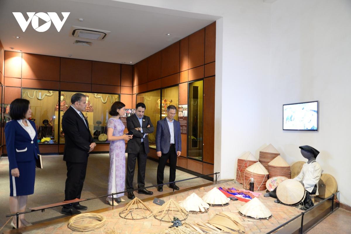 Đại sứ ấn tượng với nghề làm nón lá cổ truyền của người Việt.