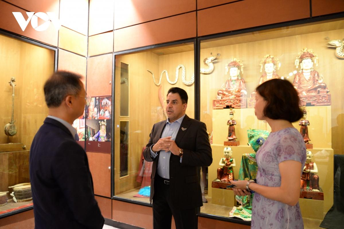 Giám đốc Bảo tàng Dân tộc học Việt Nam, TS. Đặng Xuân Thanh giới thiệu cho Đại sứ về tín ngưỡng thờ mẫu của Việt Nam đã được UNESCO vinh danh là Di sản văn hóa phi vật thể đại diện của nhân loại năm 2016.