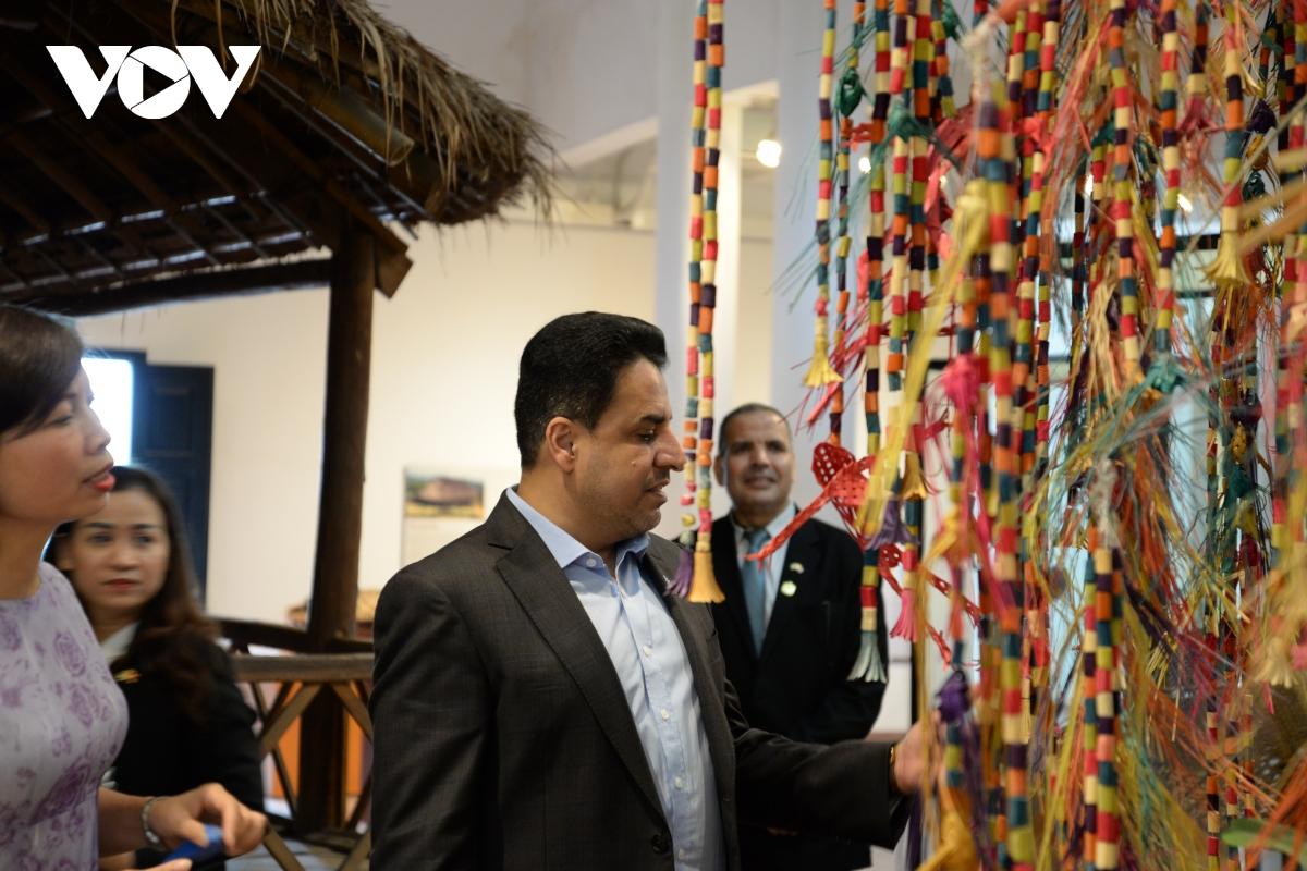 Đại sứ tìm hiểu về cây hoa nghi lễ của người Thái.