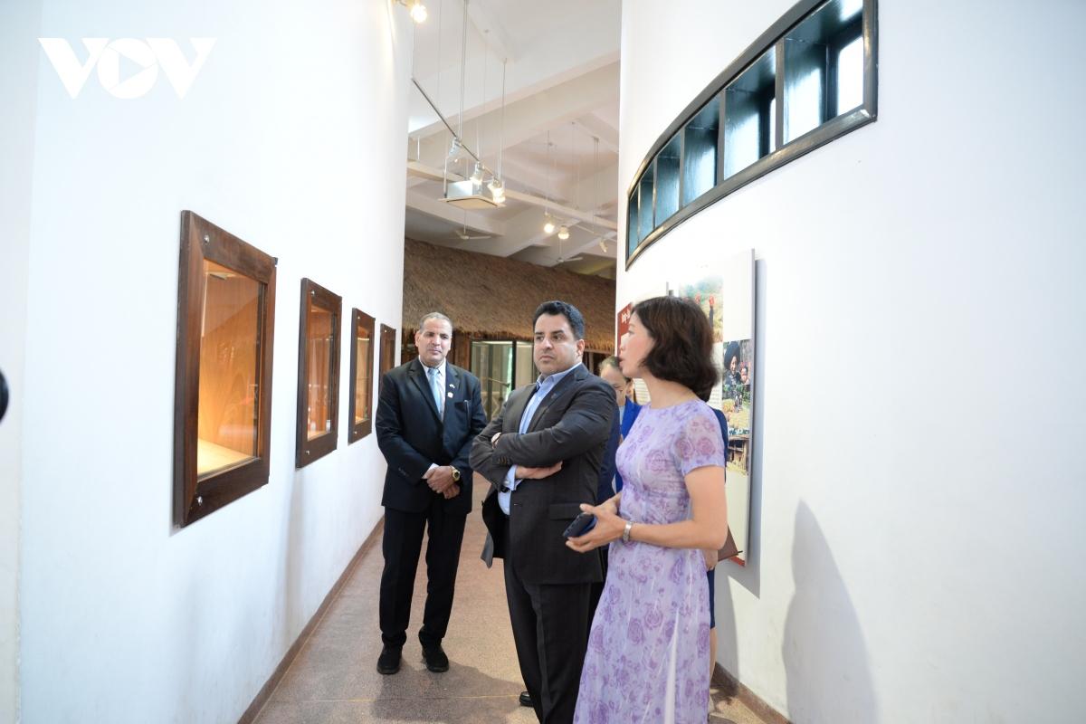 Đại sứ chia sẻ, UAE cũng có rất nhiều bảo tàng về các di sản văn hóa, trong đó có Bảo tàng Louvre Abu Dhabi trưng bày hàng trăm tác phẩm nổi tiếng thế giới và Bảo tàng Tương Lai phản ánh sự phát triển về khoa học, kỹ thuật.