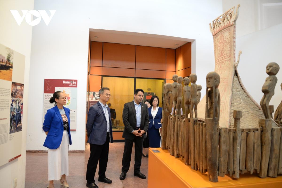 Nhà mồ của người Gia Rai (Gia Lai) với những tượng gỗ tạc hình các sinh hoạt đời thường.
