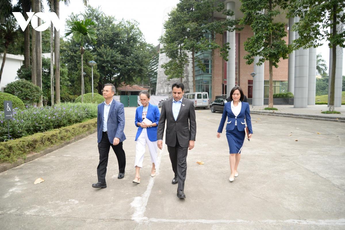 Sau cuộc gặp gỡ và trò chuyện thân mật, Đại sứ Al Dhaheri đi thăm quan bảo tàng.