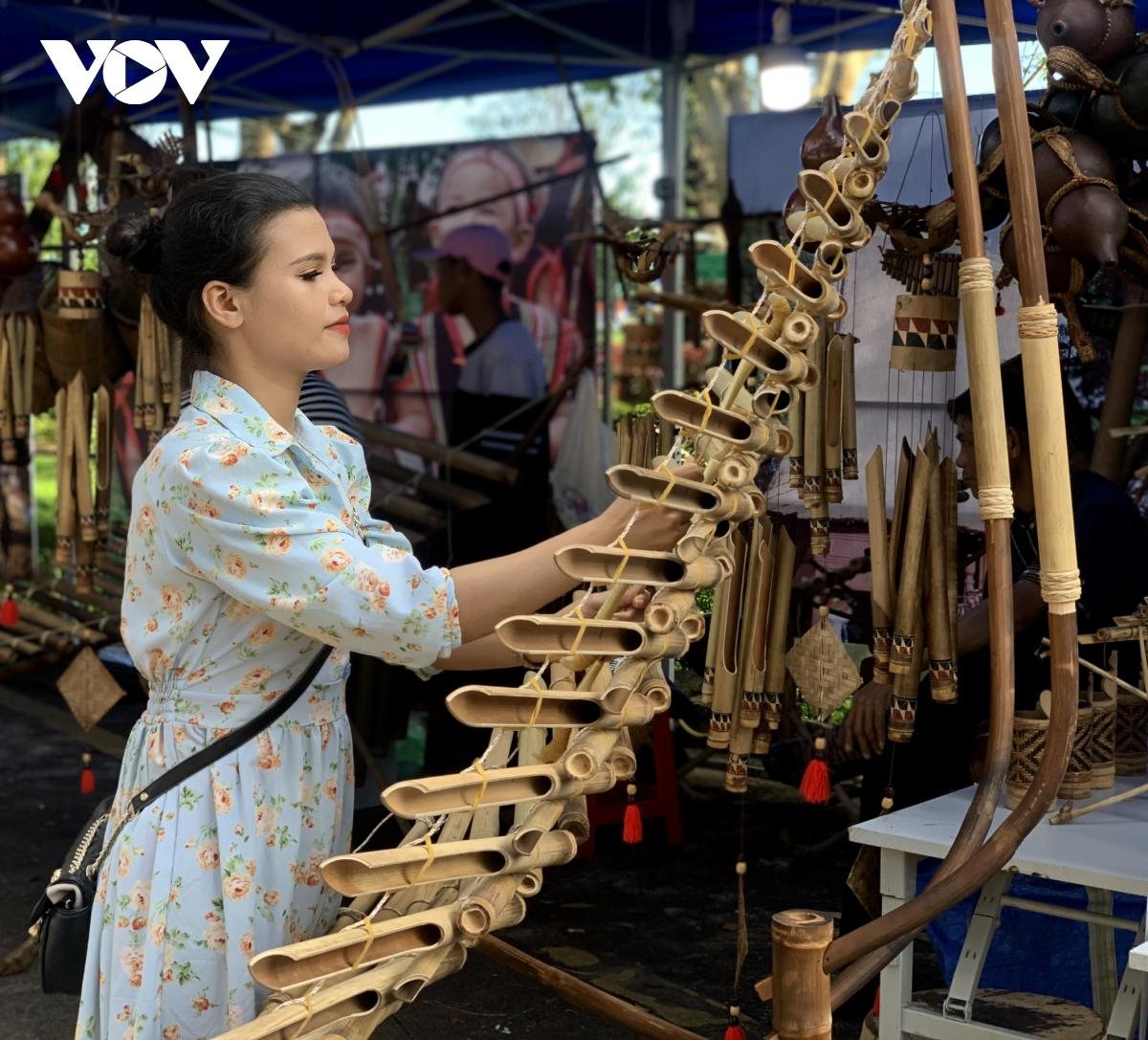 Tại các lễ hội, không thể thiếu những gian trưng bày nhạc cụ truyền thống của người dân bản địa.