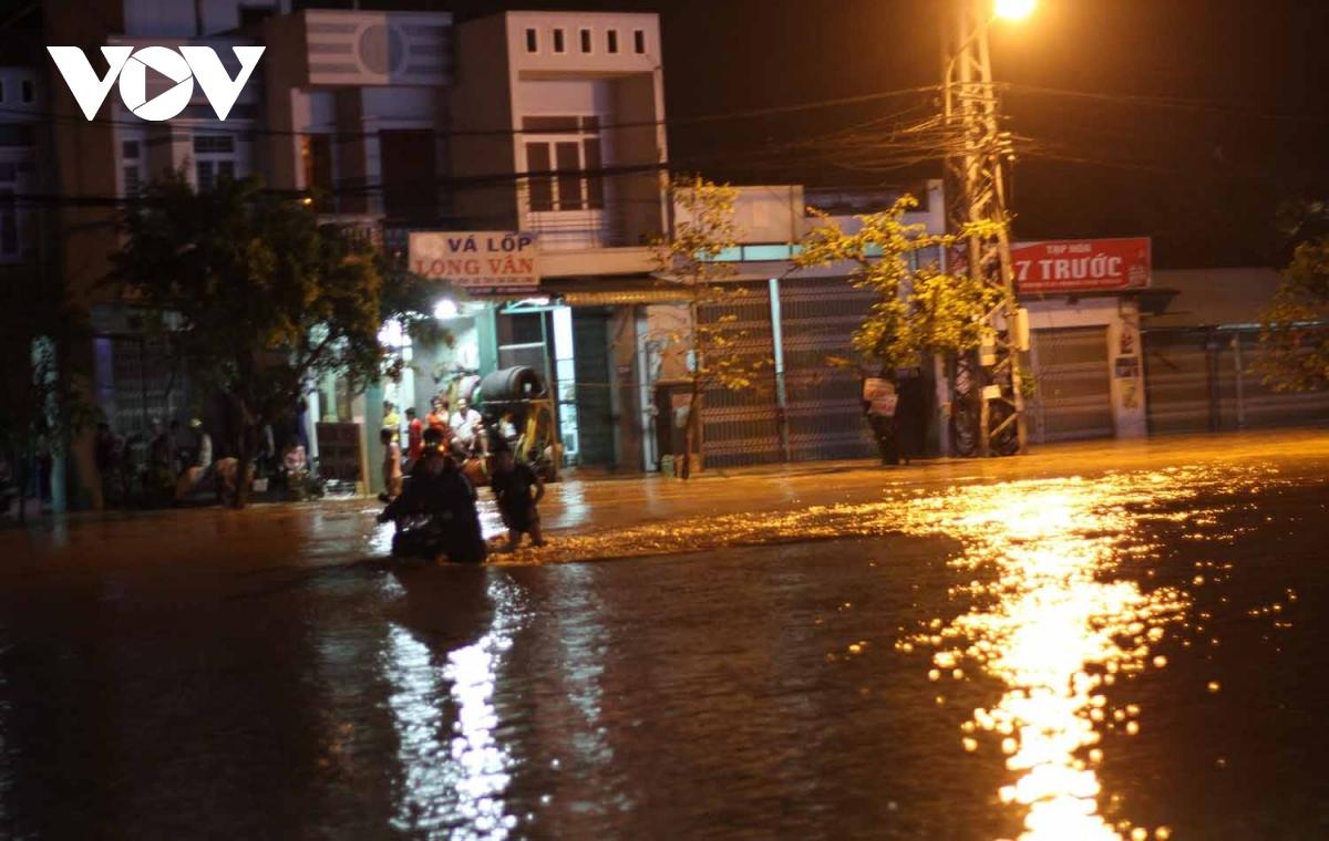 Bình Định: Nước lũ đổ về gây ngập cửa ngõ vào thành phố Quy Nhơn  - Ảnh 2.