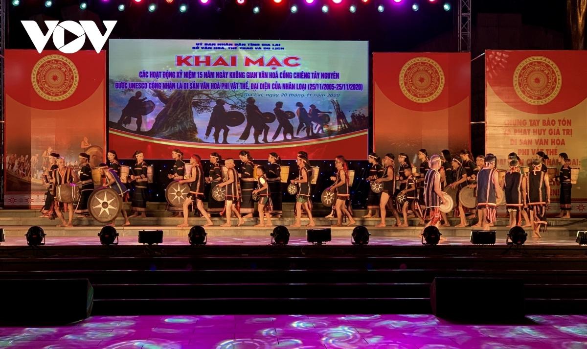 """Tuần lễ hội của tỉnh Gia Lai được đánh dấu bằng Lễ kỷ niệm 15 năm ngày  """"Không gian văn hóa cồng chiêng Tây Nguyên """" là di sản văn hóa phi vật thể, đại diện của nhân loại diễn ra tối 20/11."""