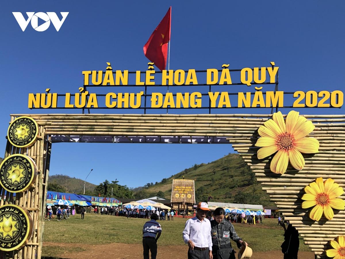 Cùng với đó, Tuần lễ Hoa dã quỳ-Núi lửa Chư Đăng Ya kết hợp Hội chợ nông sản an toàn (xã Chư Đang Ya, huyện Chư Păh) cũng diễn ra từ 20- 26/11.
