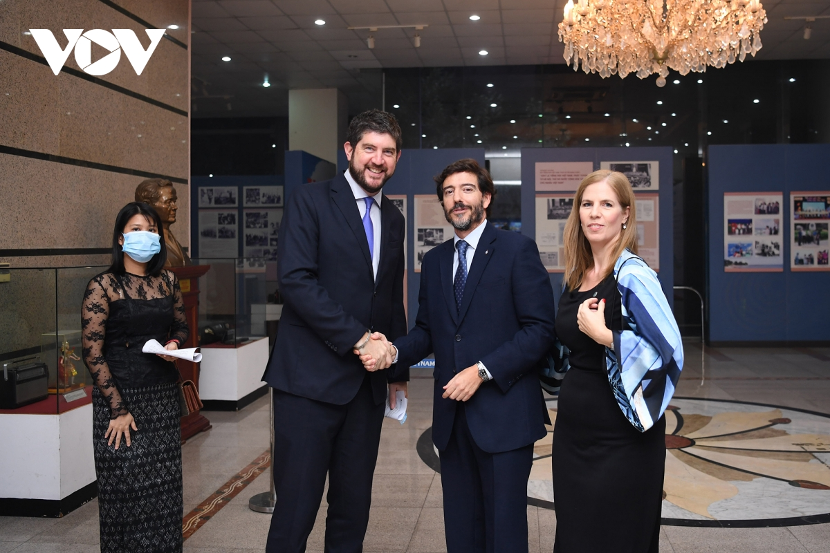 Ông Luis Agustin Costas cùng phu nhân đón tiếp ông Michael Croft, Trưởng Đại diện Văn phòng UNESCO Hà Nội tới tham dự sự kiện.