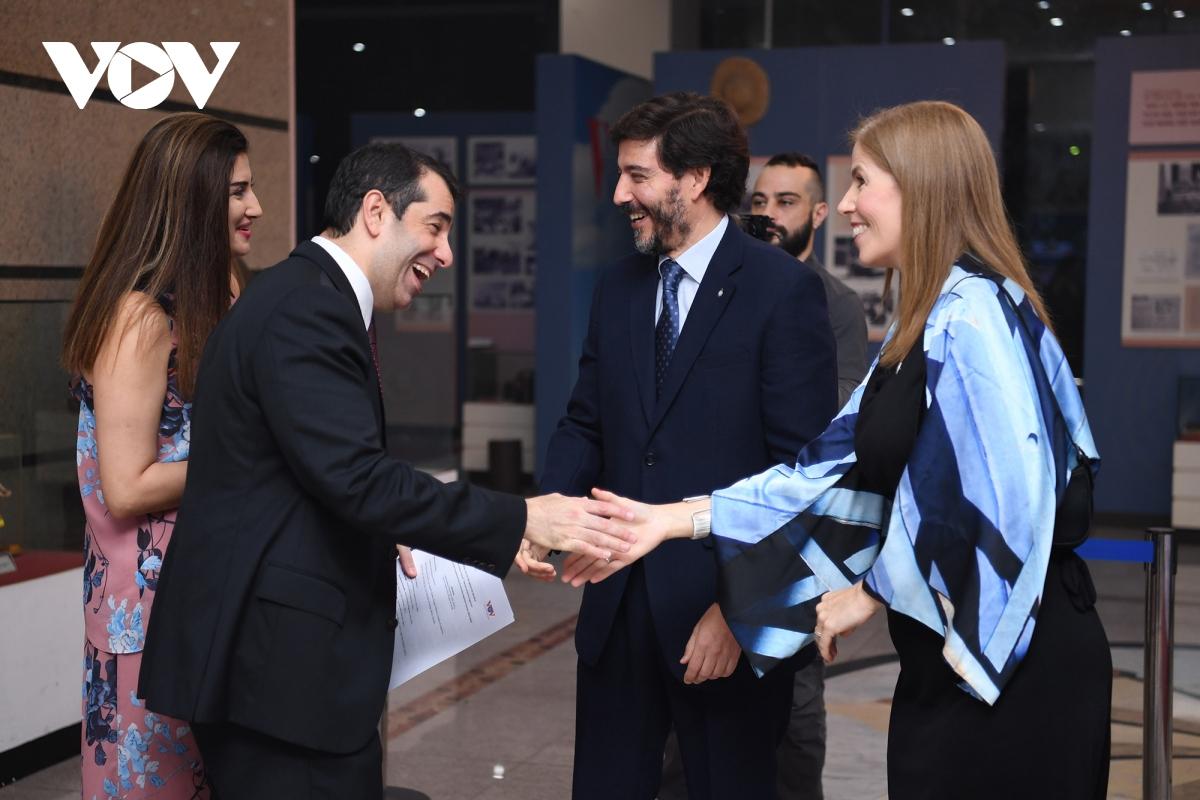 Các vị khách mời niềm nở tới chúc mừng Đại sứ quán Argentina.