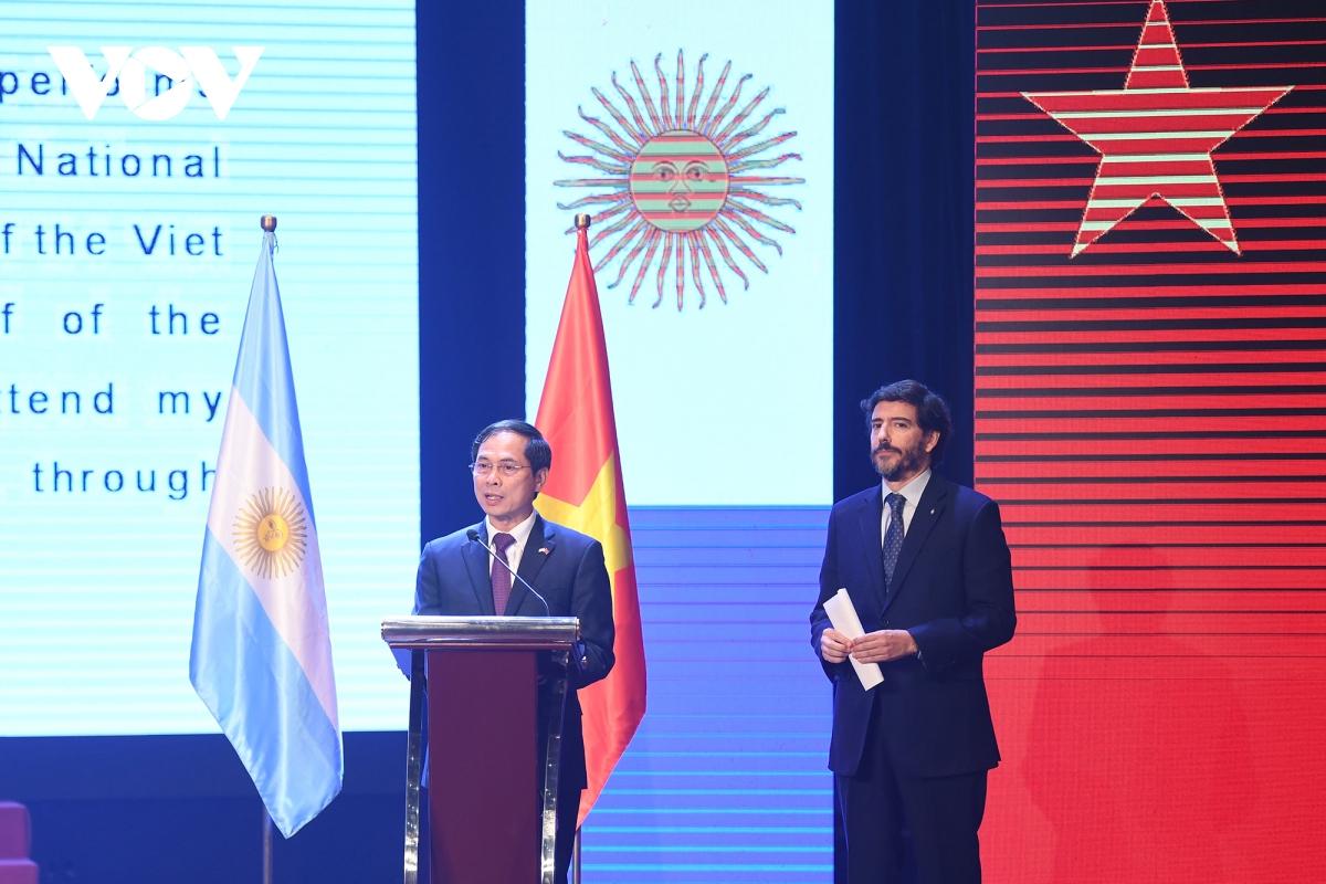 """Thứ trưởng Thường trực Bùi Thanh Sơn cho biết:  """"Việt Nam và Argentina tuy cách xa nhau nửa vòng trái đất, nhưng hai nước chia sẻ những tình cảm tốt đẹp và luôn gắn bó chặt chẽ, ủng hộ lẫn nhau trong nhiều lĩnh vực hợp tác. Việt Nam coi trọng phát triển quan hệ với Argentina, coi Argentina là một trong những đối tác quan trọng hàng đầu của Việt Nam tại khu vực Mỹ Latinh. Chúng tôi luôn theo dõi và vui mừng trước những thành tựu to lớn về mọi mặt trong công cuộc xây dựng và phát triển đất nước Argentina thời gian qua, góp phần đưa Argentina trở thành một trong các nền kinh tế lớn ở khu vực, có tiếng nói và vị thế tại khu vực và trên thế giới """"."""