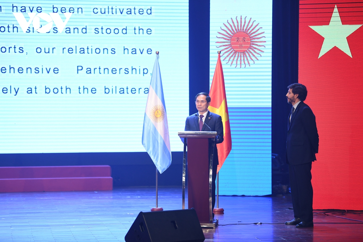 """""""Đại dịch Covid-19 để lại nhiều hệ quả và tác động tiêu cực đến tình hình kinh tế-xã hội của nhiều nước trên thế giới, trong đó có cả Việt Nam và Argentina. Tuy nhiên, đại dịch Covid-19 không thể ngăn cản đà phát triển tốt đẹp của mối quan hệ đối tác toàn diện hai nước. Việc hai nước thường xuyên duy trì trao đổi và tiếp xúc ở các kênh khác nhau, duy trì hoạt động hiệu quả của các cơ chế hợp tác như Ủy ban Hợp tác liên Chính phủ và Tham khảo Chính trị giữa hai Bộ Ngoại giao, tăng cường phối hợp chặt chẽ và ủng hộ lẫn nhau tại các tổ chức quốc tế và diễn đàn đa phương, cũng như việc tổ chức sự kiện văn hóa-âm nhạc ngày hôm nay là dịp để các nghệ sỹ guitar của Việt Nam trình diễn các tác phẩm nổi tiếng của các nhà soạn nhạc Argentina tiếp tục là những minh chứng mạnh mẽ của mối quan hệ hữu nghị và đối tác toàn diện Việt Nam – Argentina trong thời gian tới """", Thứ trưởng Thường trực Bùi Thanh Sơn nói."""