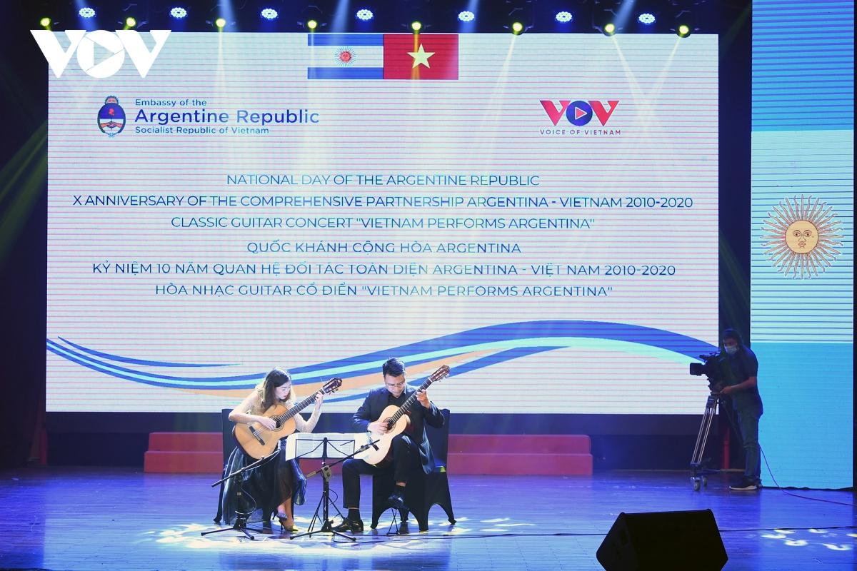 """Sự kiện văn hóa """"Việt Nam performs Argentina"""" với hòa nhạc Guitar cổ điển và biểu diễn Tango, đã kết nối hai nền văn hóa Việt Nam - Argentina và kết hợp các nghệ sĩ từ cả hai quốc gia."""
