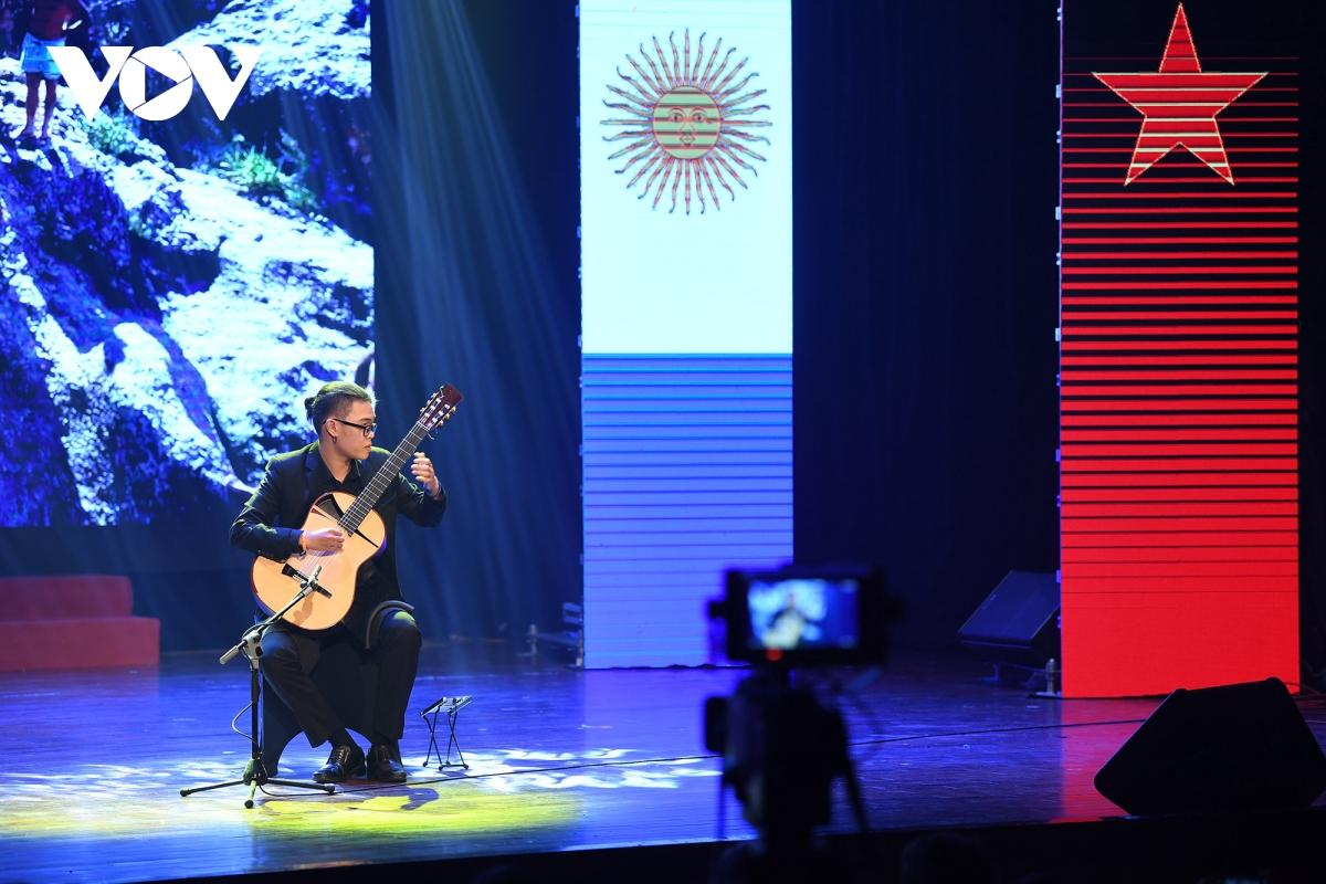 Màn biểu diễn của nghệ sĩ guitar Nguyễn Cảnh Hiếu.