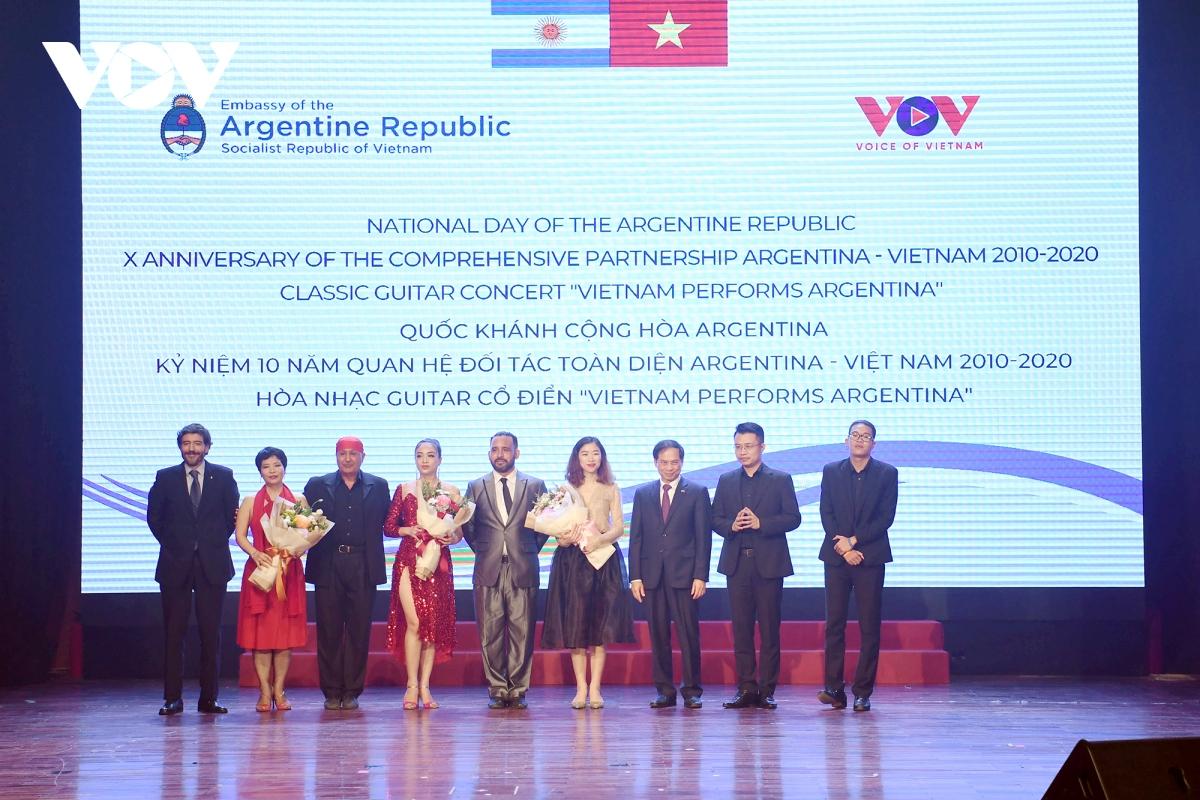 Ông Luis Agustin Costas và Thứ trưởng Thường trực Bùi Thanh Sơn tặng hoa các nghệ sĩ tham gia chương trình.