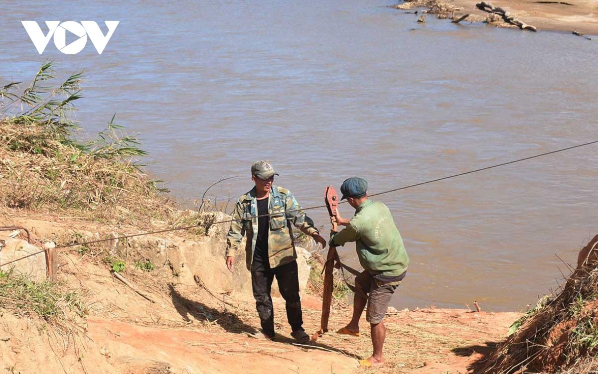 Bất chấp khuyến cáo người dân lại đu dây qua sông Pô Kô