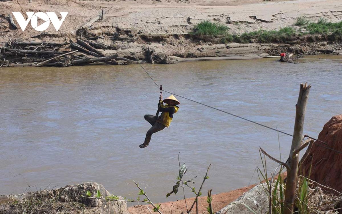 Bất chấp khuyến cáo người dân lại đu dây qua sông Pô Kô - Ảnh 2.