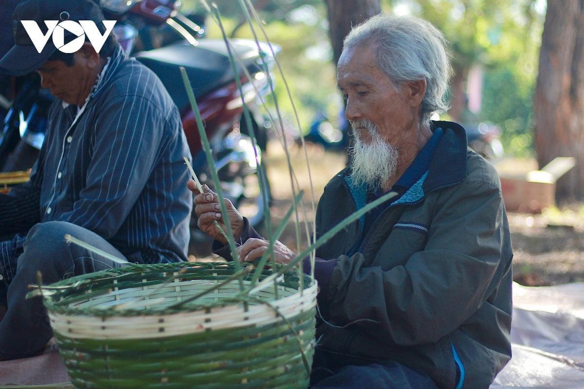 Nghệ nhân đan gùi miệt mài gìn giữ nghề truyền thống của dân tộc mình.