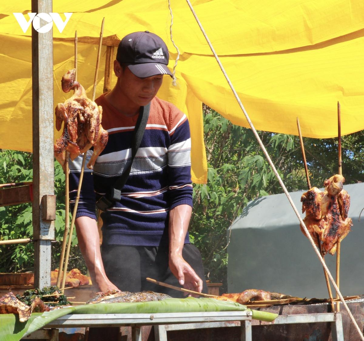 Du khách còn có thể thưởng thức những món ăn truyền thống mộc mạc, đặc trưng của người dân địa phương như gà nướng, cơm lam, thịt heo đồng bào nương xiên, lá mì cà đắng,...