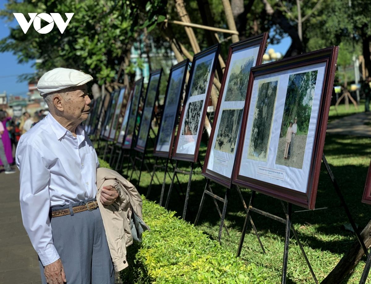 """Tại thành phố Pleiku, 2 triển lãm ảnh  """"Căn cứ Cách mạng Khu 10 và Anh hùng Trần Văn Bình """" và  """"Không gian văn hoá cồng chiêng Tây Nguyên """" cùng được tổ chức."""