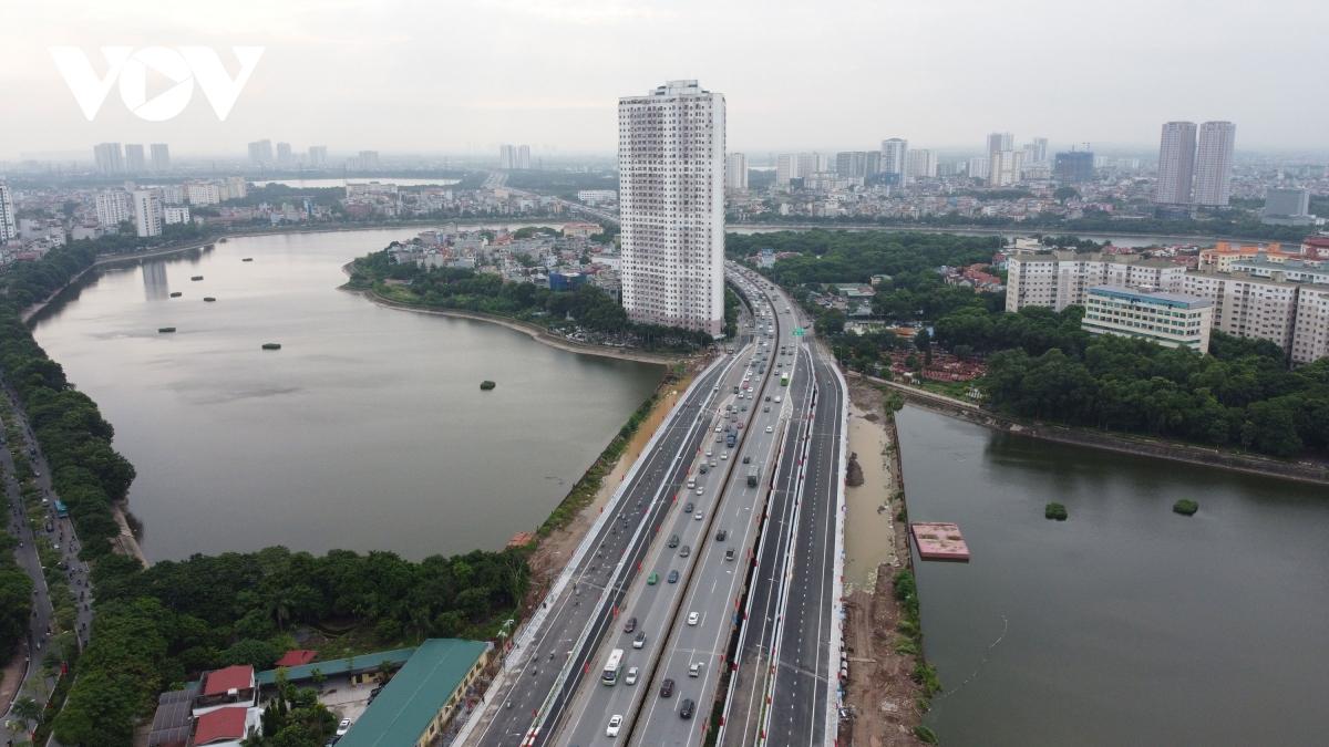 Hai cầu cạn vượt thấp qua hồ Linh Đàm là một trong những công trình trọng điểm có ý nghĩa quan trọng cho giao thông của Thủ đô. Hai cầu cạn thấp nằm 2 bên đường vành đai 3, mỗi cầu có chiều dài gần 542 m, bề rộng 13 m đường nối Nghiêm Xuân Yêm và Hoàng Liệt, trên hai cầu cạn đều có hành lang đi bộ rộng 1,7 m.
