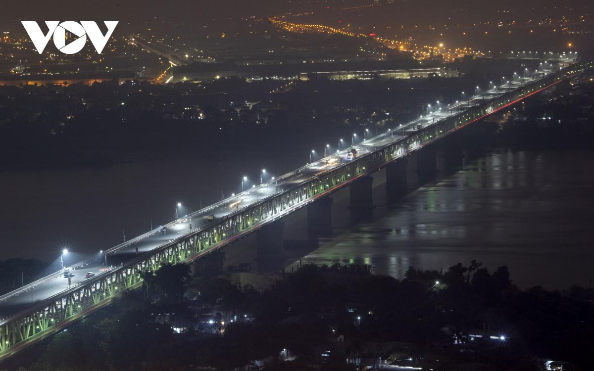 Cầu Thăng Long đang được khẩn trương hoàn thành đại tu cải tạo mặt cầu. Cầu Thăng Long kết nối với cầu cạn Mai Dịch là trục giao thông quan trọng kết nối với sân bay Quốc tế Nội Bài. Cầu được xây dựng từ năm 1974 và thông xe đưa vào sử dụng từ tháng 5/1985. Tuy nhiên, sau thời gian dài khai thác, mặt cầu đã bị hư hỏng. Dự án sửa chữa mặt cầu Thăng Long sẽ hoàn  thành cuối tháng 12/2020 sớm hơn kế hoạch dự kiến.