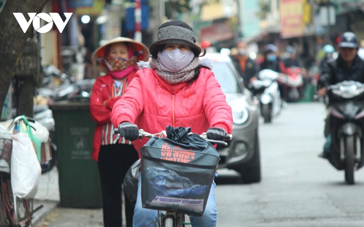 Muôn kiểu chống rét của người dân Hà Nội khi gió lạnh tràn về - Ảnh 4.