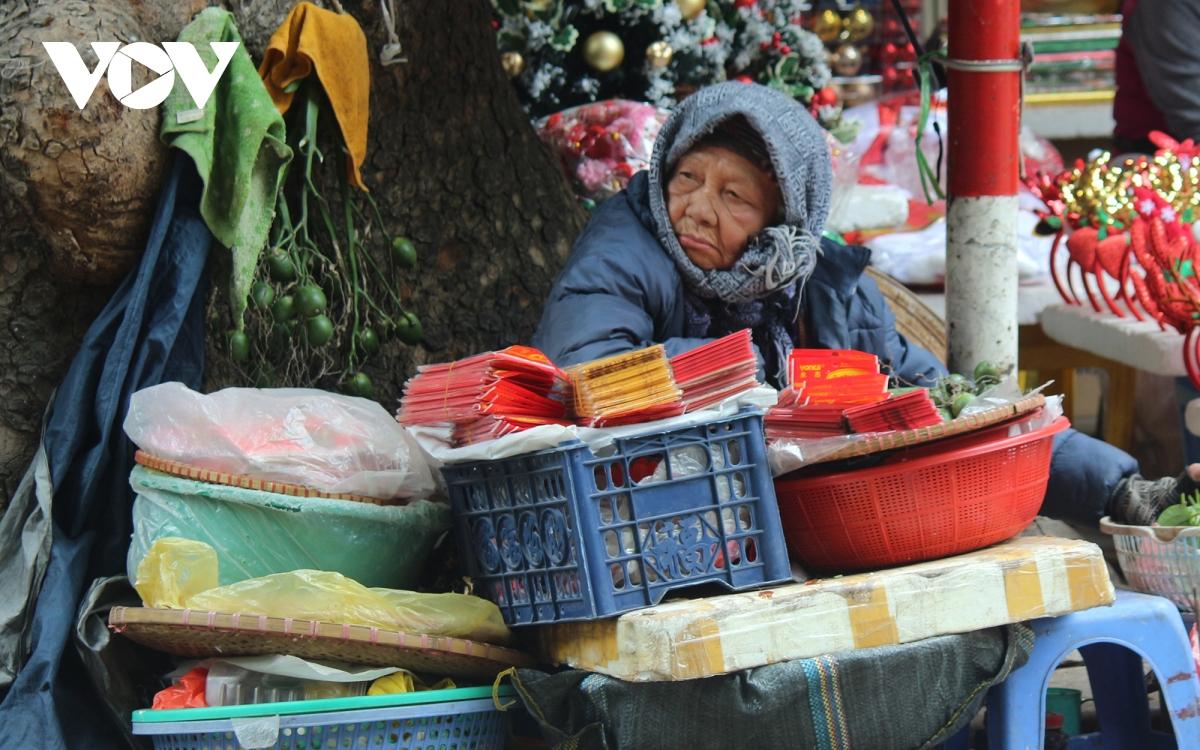 Muôn kiểu chống rét của người dân Hà Nội khi gió lạnh tràn về - Ảnh 7.