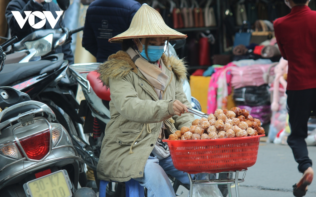 Muôn kiểu chống rét của người dân Hà Nội khi gió lạnh tràn về - Ảnh 5.