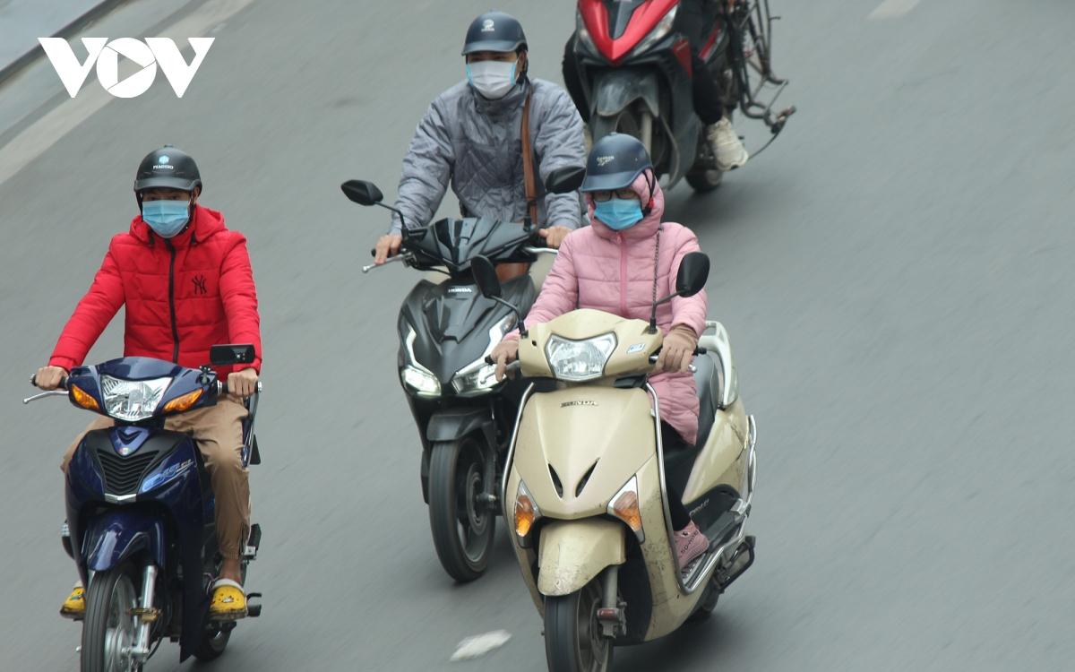 Muôn kiểu chống rét của người dân Hà Nội khi gió lạnh tràn về - Ảnh 1.