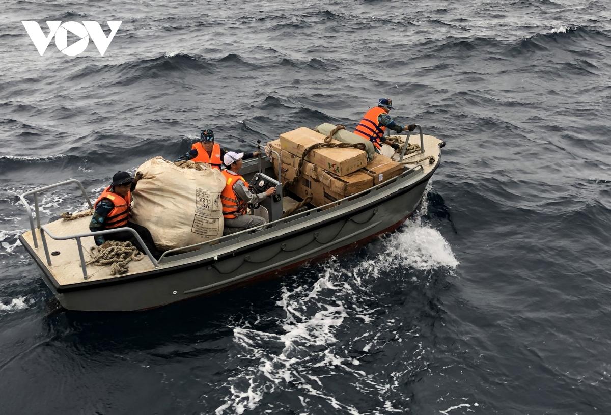 Chuyến hành trình trên biển của đoàn công tác trong điều kiện biển động, sóng gió cấp 6, cấp 7, nhưng với sự quyết tâm đến với cán bộ, chiến sỹ nhà giàn DK1, đoàn công tác cùng các phóng viên đã lên thăm, chúc Tết các nhà giàn DK1/14, DK1/12, DK1/ 11, DK1/10 riêng nhà giàn DK1/15 do điều kiện sóng gió quá lớn, đoàn không thể tiếp cận nên đã chuyển quà và chúc Tết qua hệ thống thông tin.