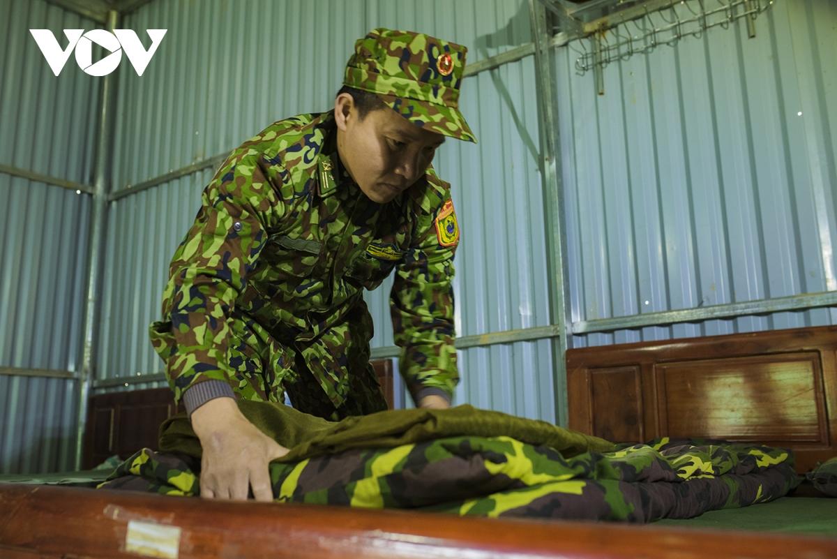 Bất kể ở chốt nào, khung thời gian làm việc của các cán bộ, chiến sĩ đều phân theo ca kíp, đảm bảo 24/24h.