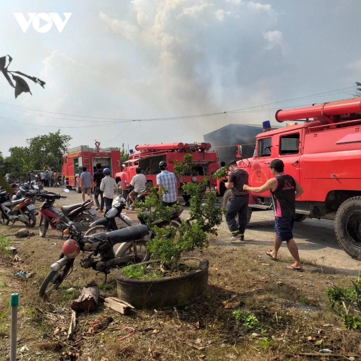 Đang cháy xưởng gỗ ở Tiền Giang, nhiều hàng hóa bị thiêu rụi - Ảnh 3.