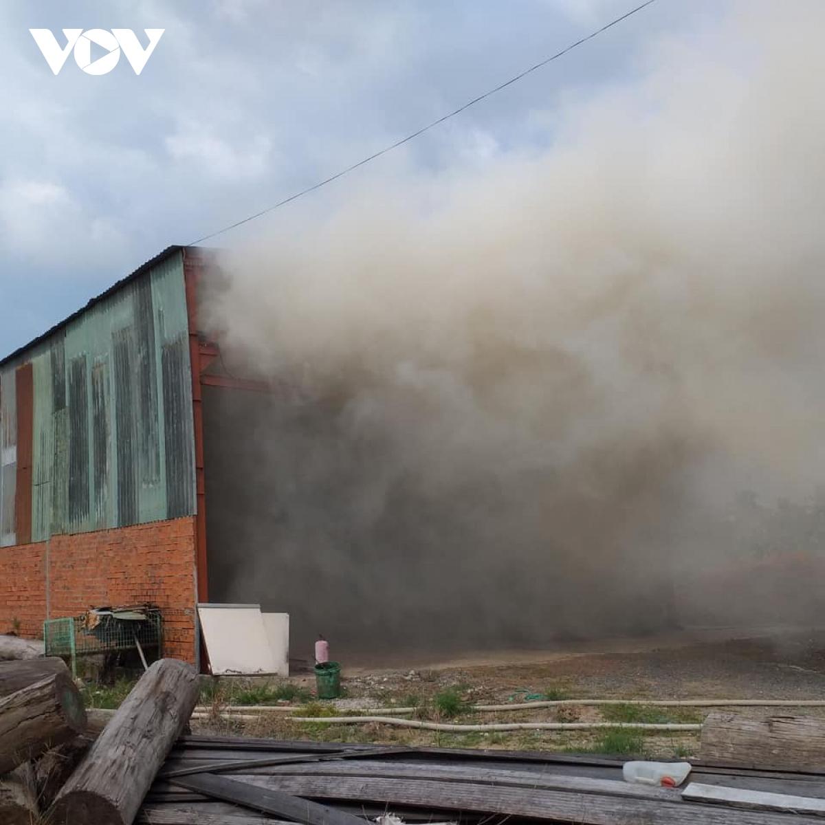 Đang cháy xưởng gỗ ở Tiền Giang, nhiều hàng hóa bị thiêu rụi - Ảnh 2.