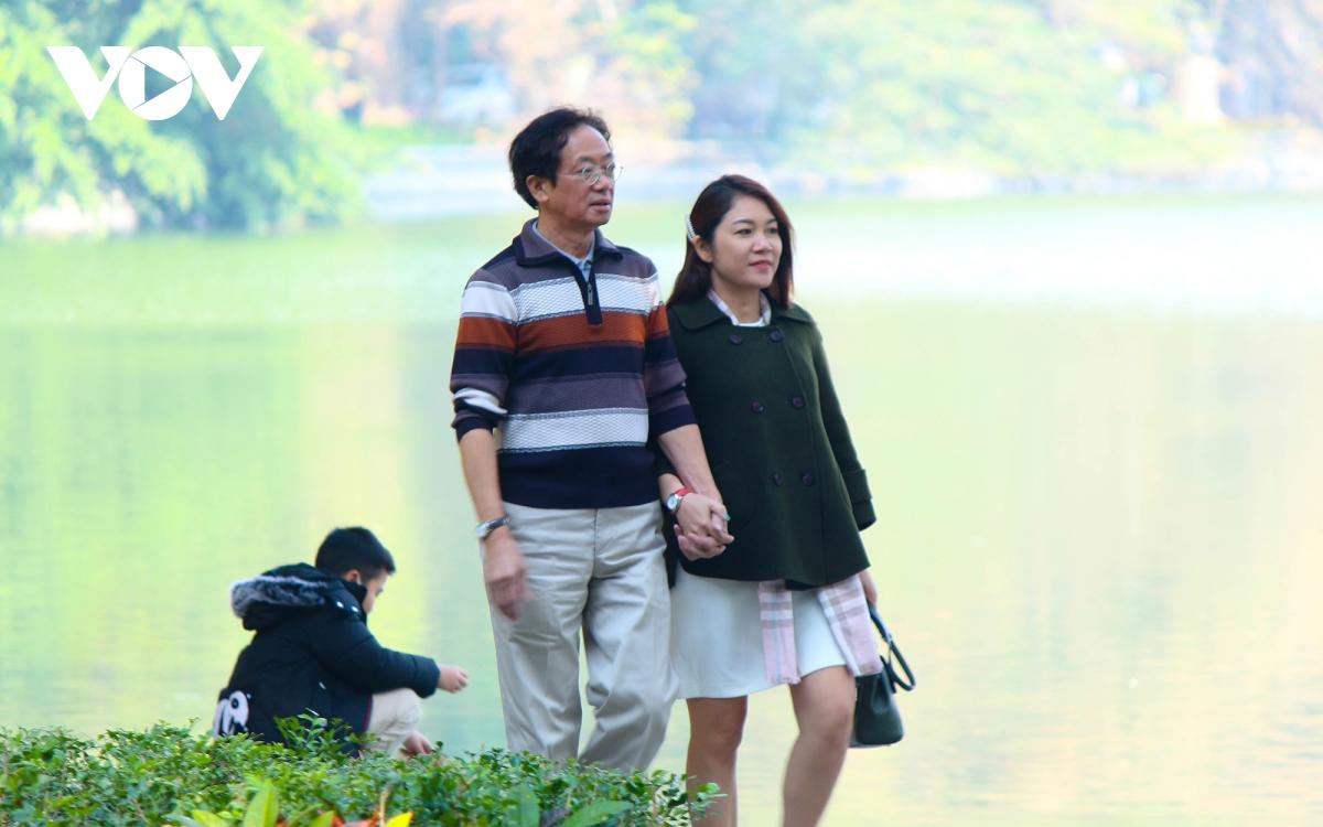 """Trời ấm lên, người Hà Nội tranh thủ """"sưởi nắng"""" bên hồ Hoàn Kiếm - Ảnh 15."""