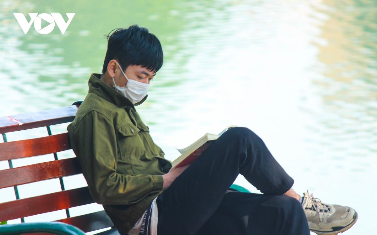 """Trời ấm lên, người Hà Nội tranh thủ """"sưởi nắng"""" bên hồ Hoàn Kiếm - Ảnh 13."""